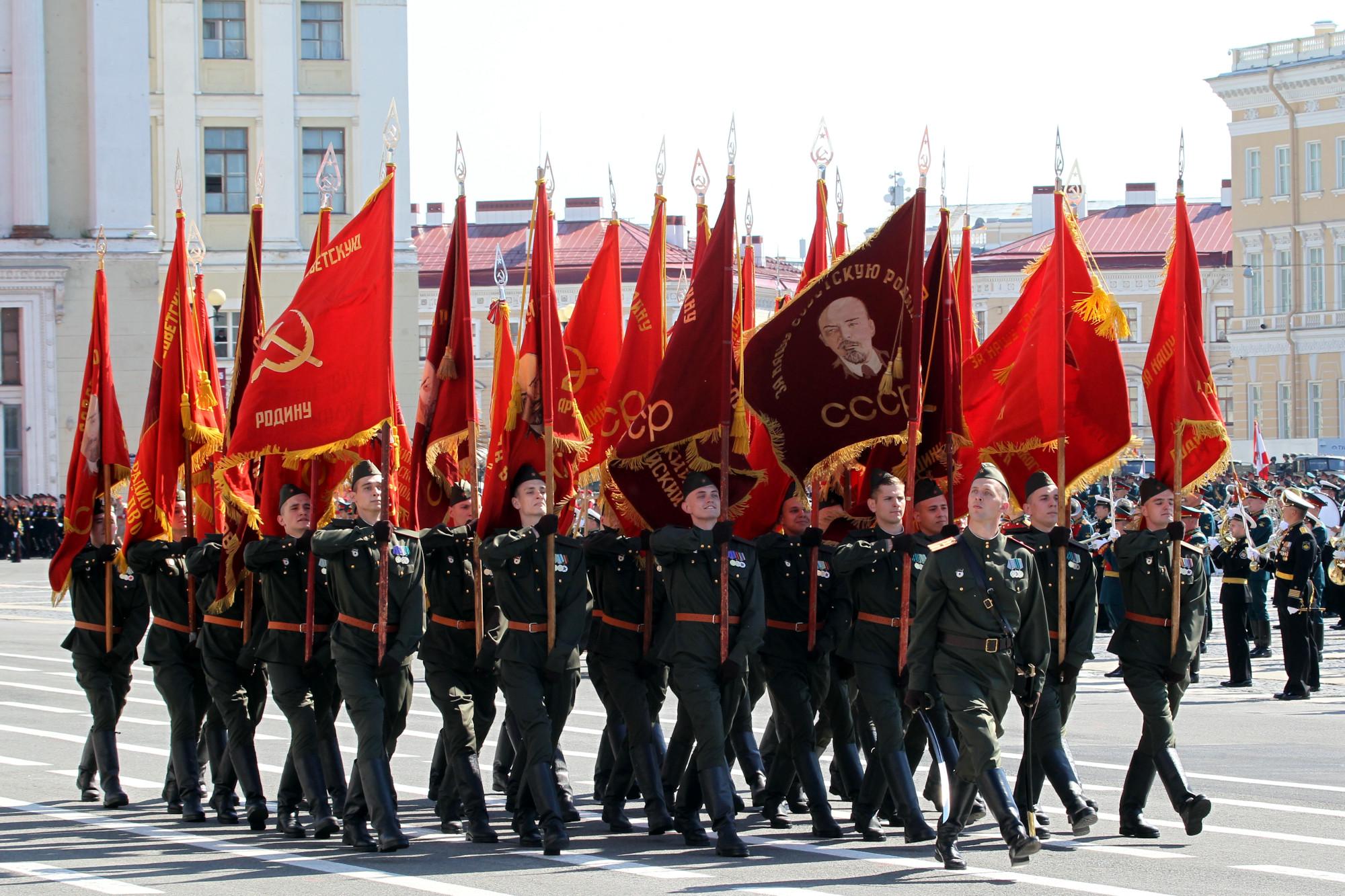 парад победы, военнослужащие, армия, солдаты, знамёна, флаги