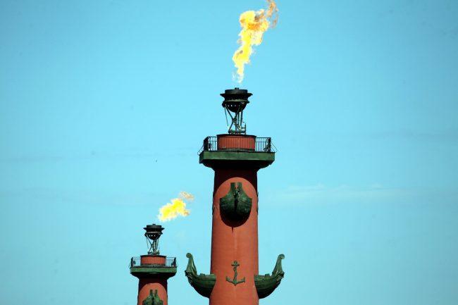 зажжённые ростральные колонны