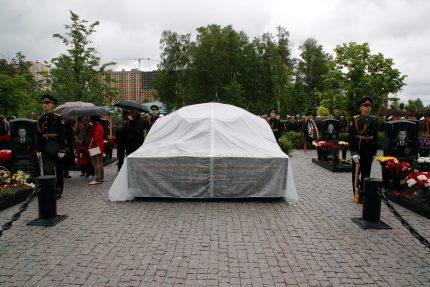 памятник подводникам, Серафимовское кладбище