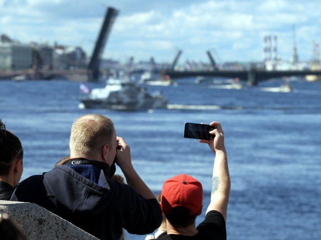 день ВМФ, главный военно-морской парад, военные корабли, зрители, фотография на мобильный телефон