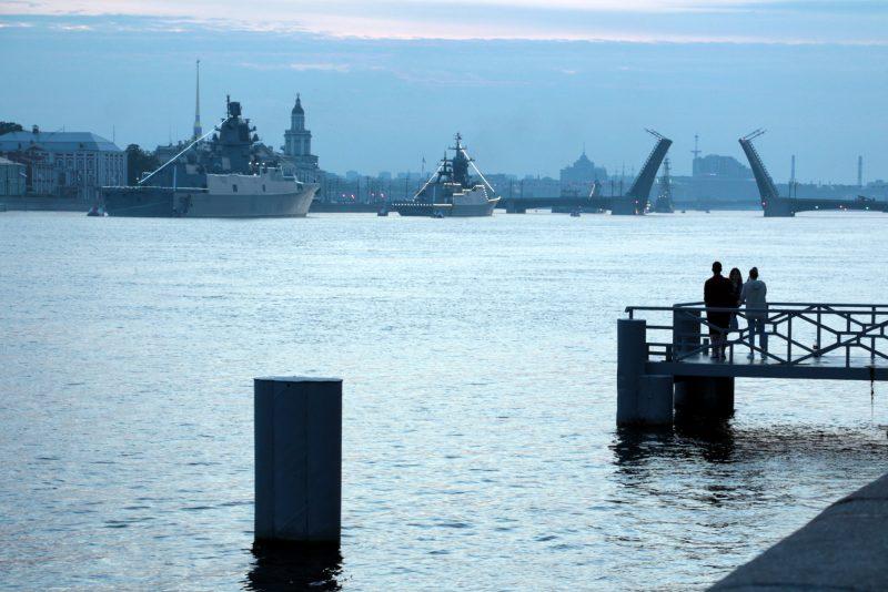 Нева, рассвет, день ВМФ, военные корабли, разведённый Дворцовый мост