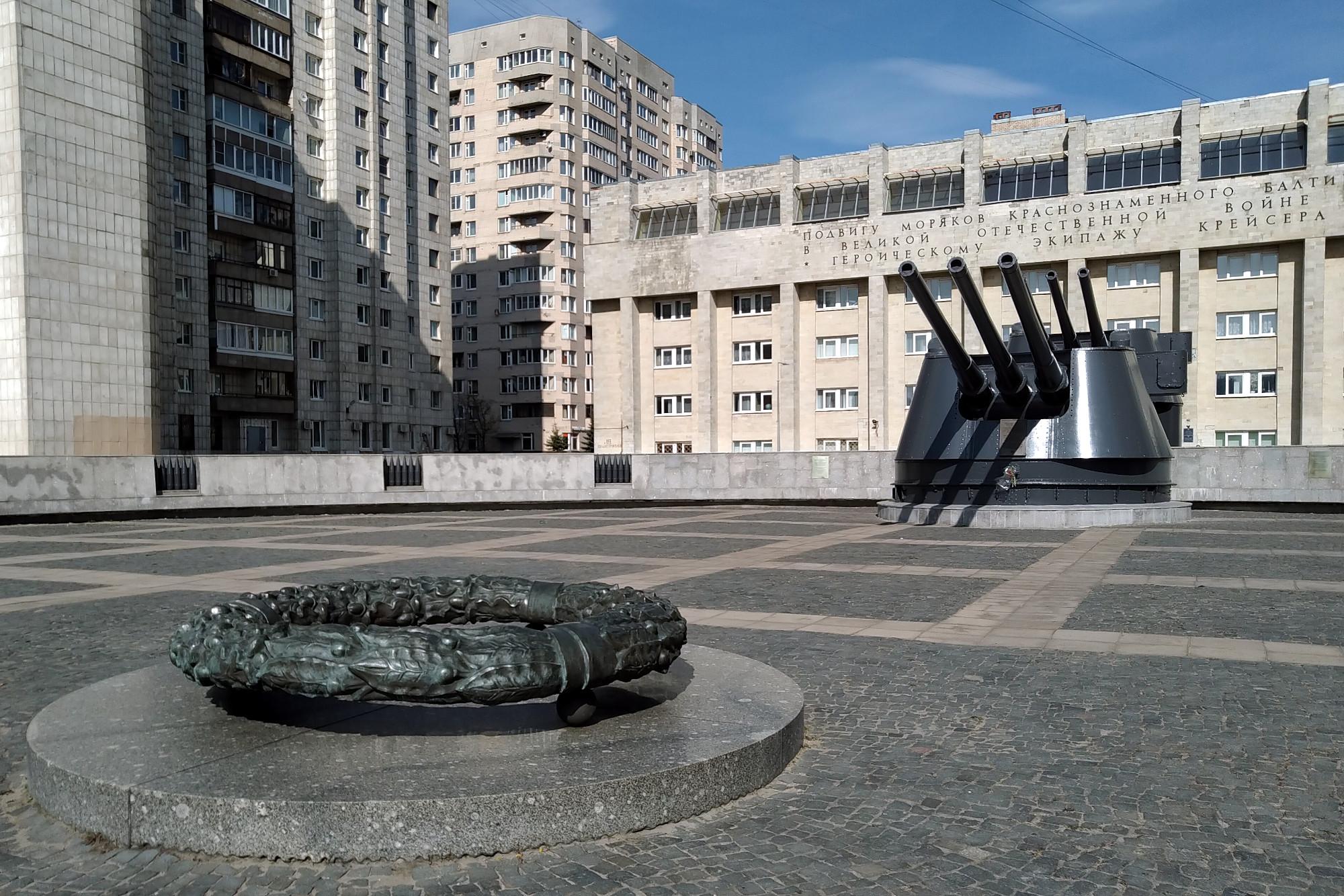 площадь Балтийского флота, памятник экипажу крейсера Киров