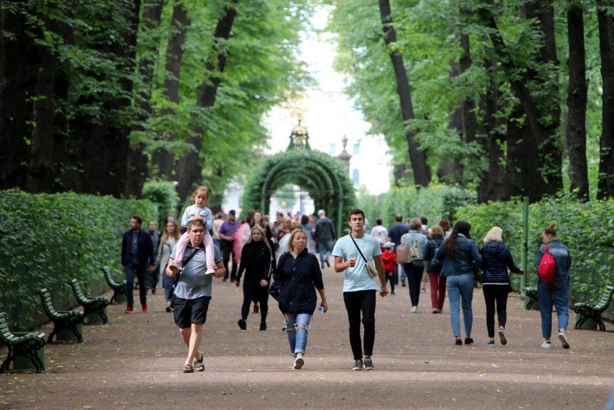 Летний сад, гуляющие люди, отдых