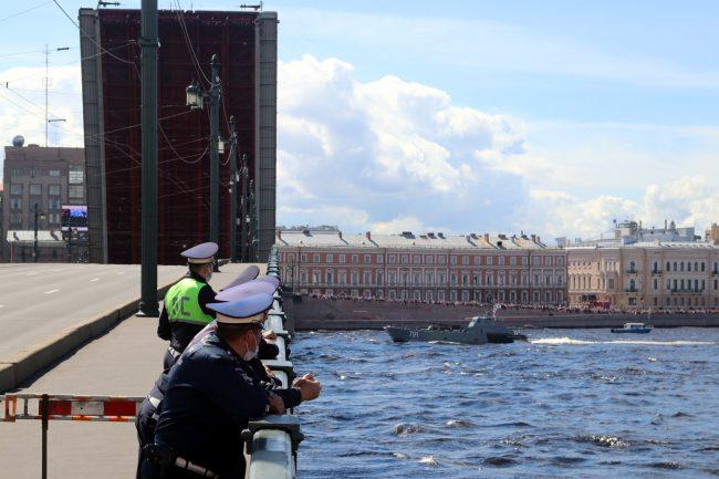 день ВМФ, главный военно-морской парад, зрители, полицейские, Литейный мост, разведённый мост