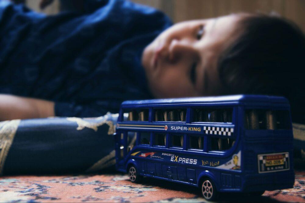 грустный ребёнок автобус депрессия грусть печаль