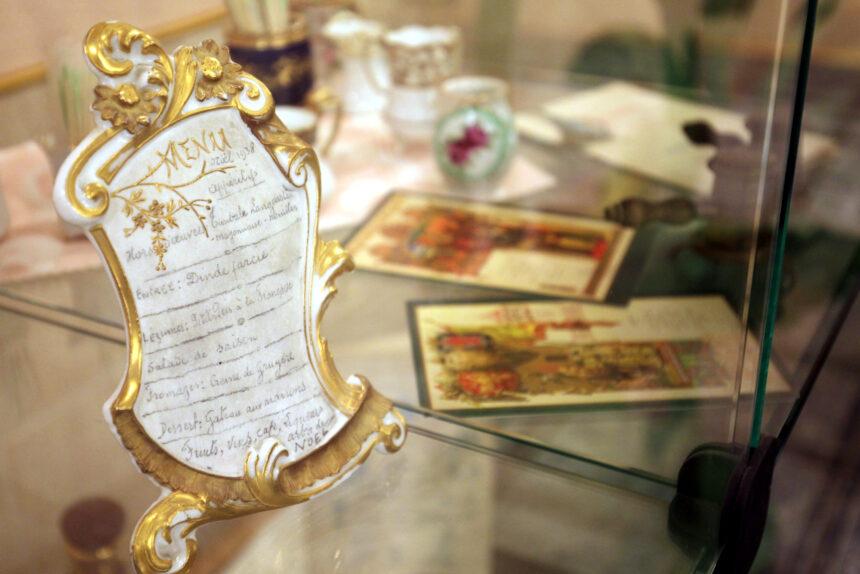 Текст на шёлковой салфетке, реклама шампанского и обложка от Пикассо: история ресторанного меню от королевского стола до общепита