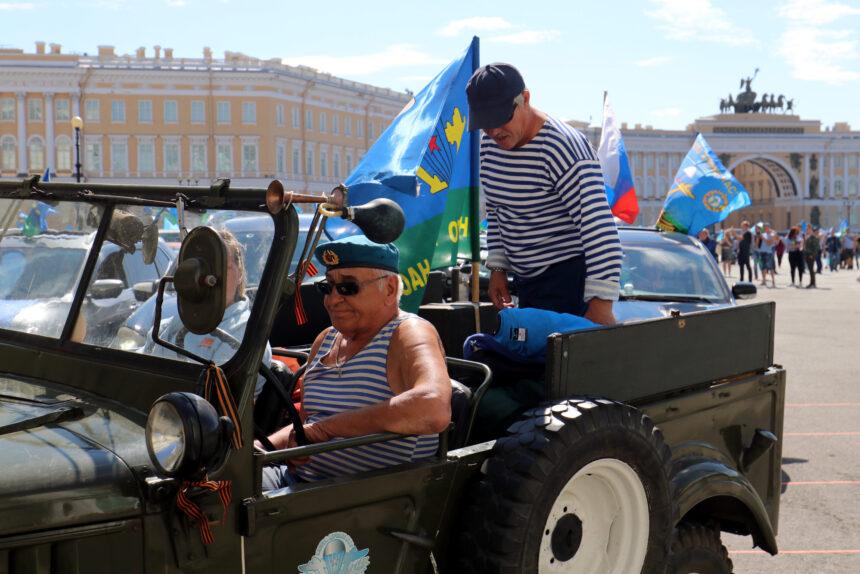 А БТР не выйдет: в Петербурге день ВДВ отметили скромно