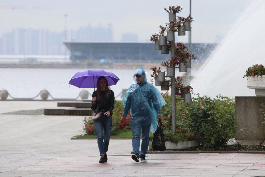 дождь, осадки, погода, люди с зонтами, парк 300-летия