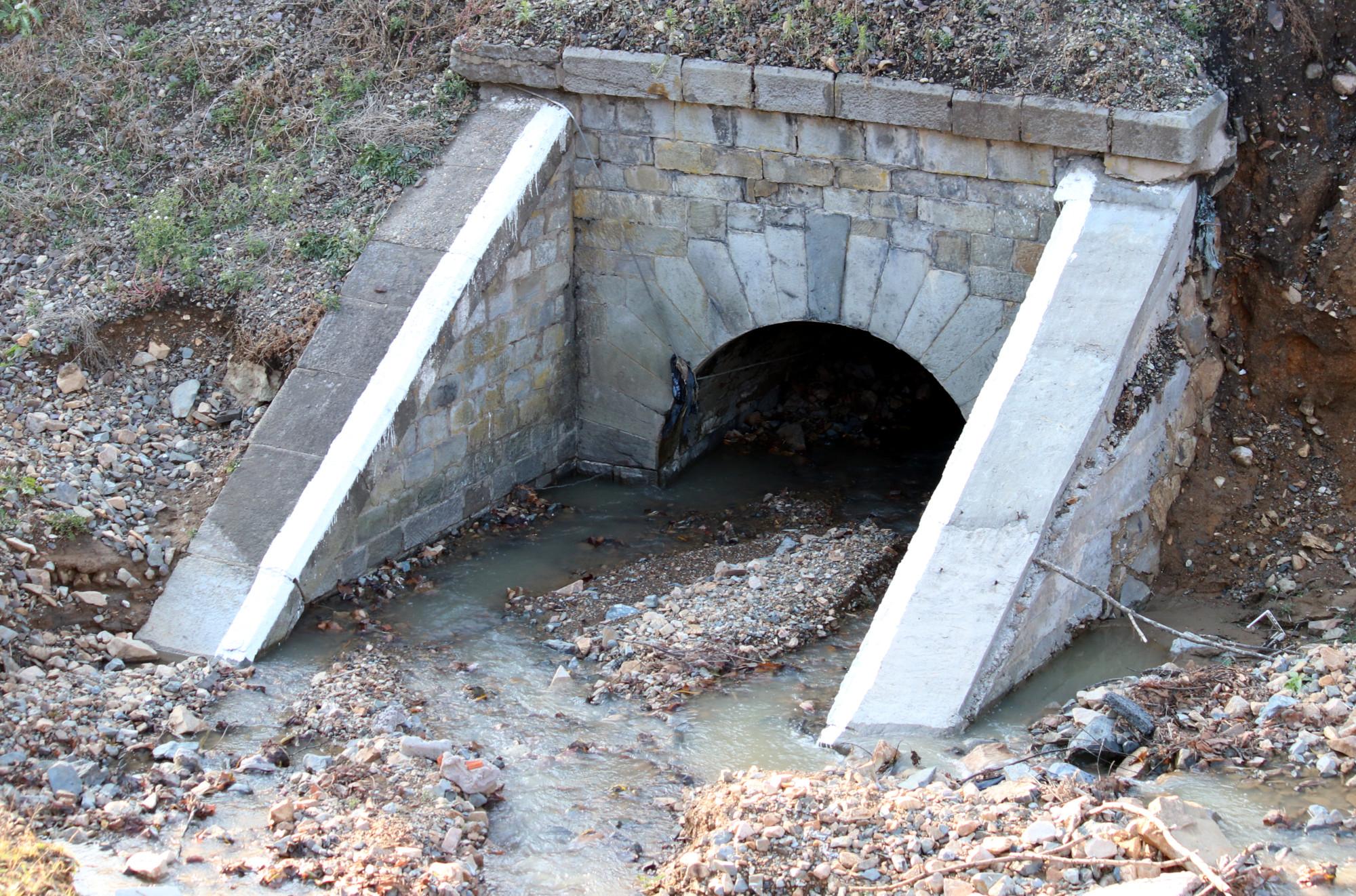 водопропускная труба под железной дорогой, дренаж, водоток, ручей, вода