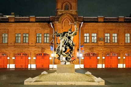 памятник пожарным, подсветка