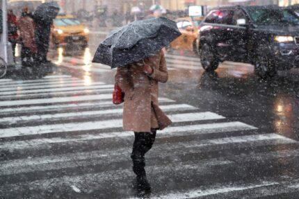 снегопад, осадки, девушка с зонтом, пешеходный переход