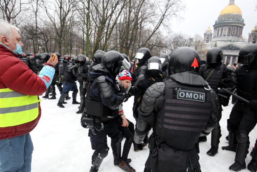 Участника январского митинга отправят в колонию на 4,5 года за нападение на полицейских