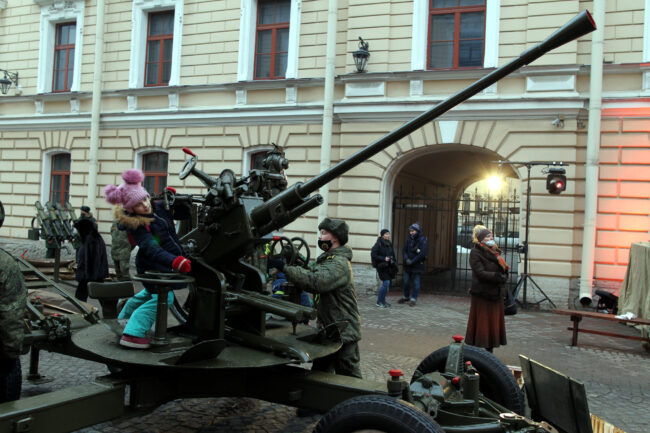 Капелла, день снятия блокады Ленинграда, памятная акция, реконструкторы, дети, зенитное орудие