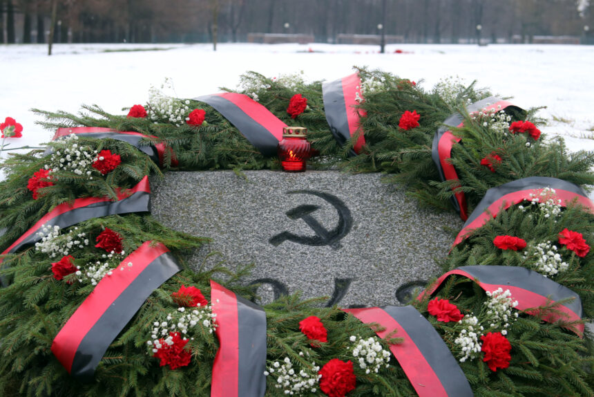 Пискарёвское мемориальное кладбище, день снятия блокады Ленинграда, венки