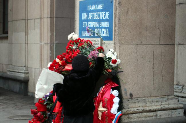 день снятия блокады Ленинграда, памятная акция, возложение цветов, Невский проспект 14, надпись 'при артобстреле эта сторона наиболее опасна'