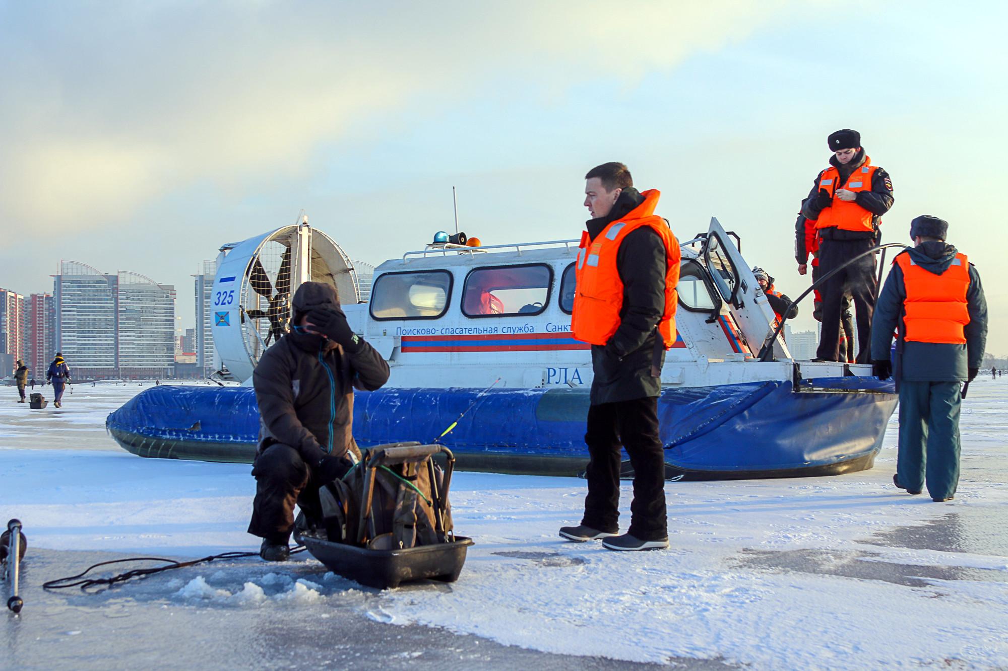 рыбаки, подлёдный лов, запрет на выход на лёд, катер на воздушной подушке, МЧС, спасатели, рейд