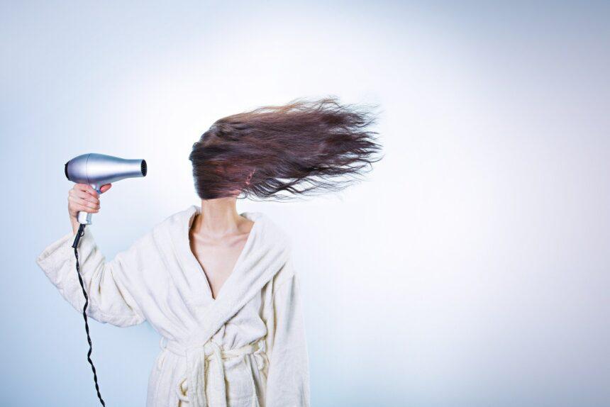 Может ли сухой шампунь стать заменой жидкому? Объясняет врач-трихолог