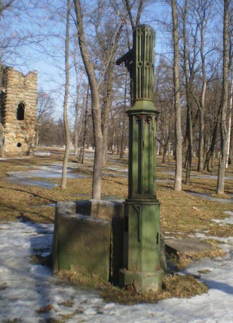 готический колодец в Орловском парке в Стрельне
