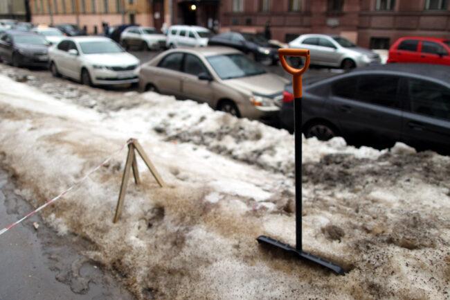 Большая Морская улица, уборка снега, зимняя уборка, ограждения, лопата