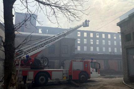 пожар в Невской мануфактуре, сгоревшее здание, пожарная машина