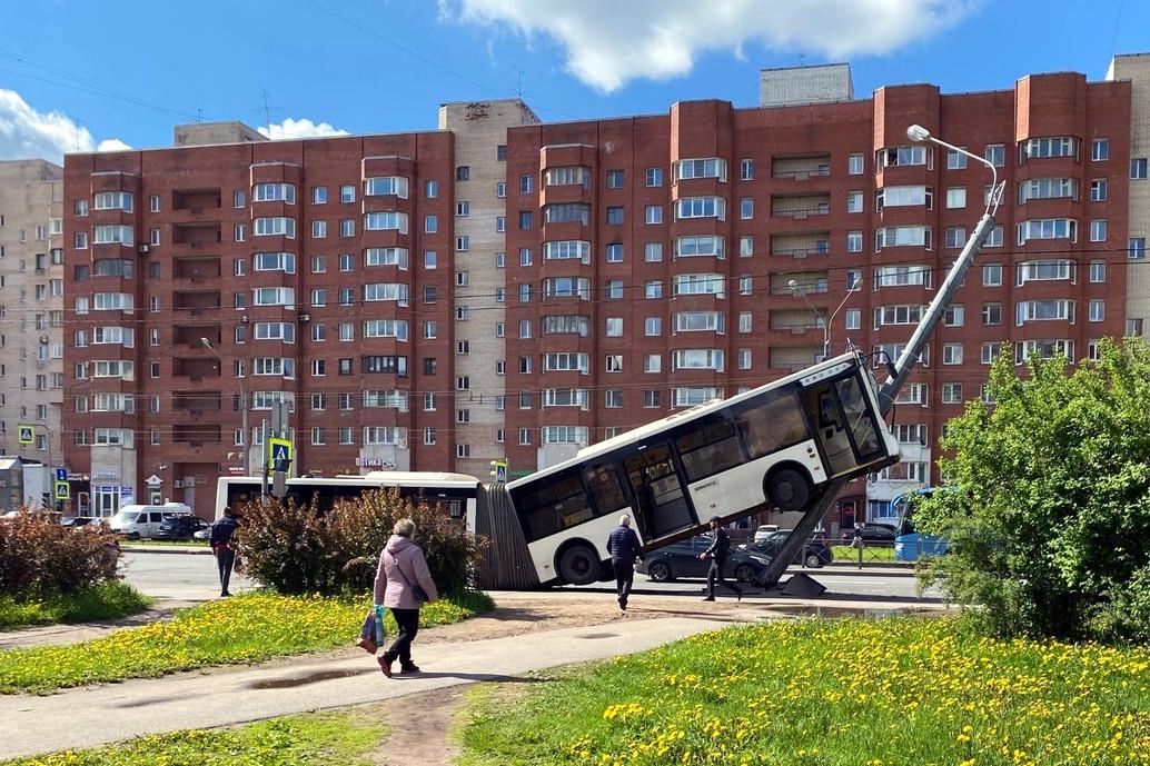 дтп, авария, автобус, столкновение со столбом