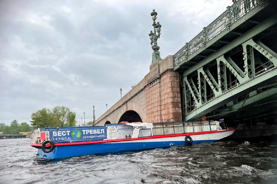 навал теплохода на Троицкий мост
