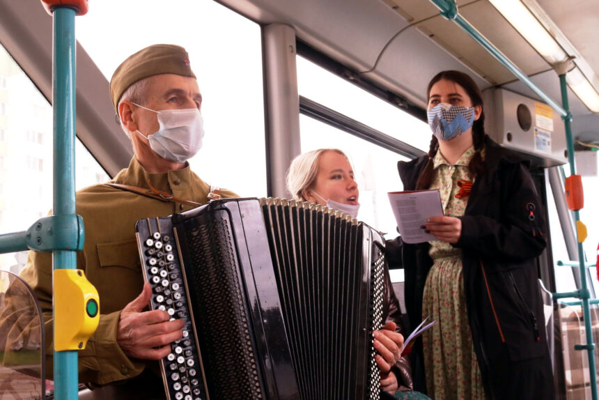 Трамвай Победы, музыканты, военные песни, гармонист
