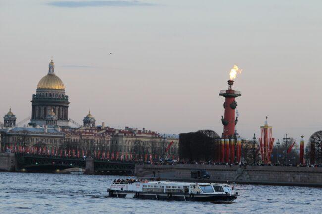 день победы, зажжённые ростральные колонны, Нева