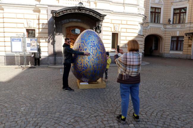 Пасхальное яйцо, двор Капеллы, Покрас Лампас