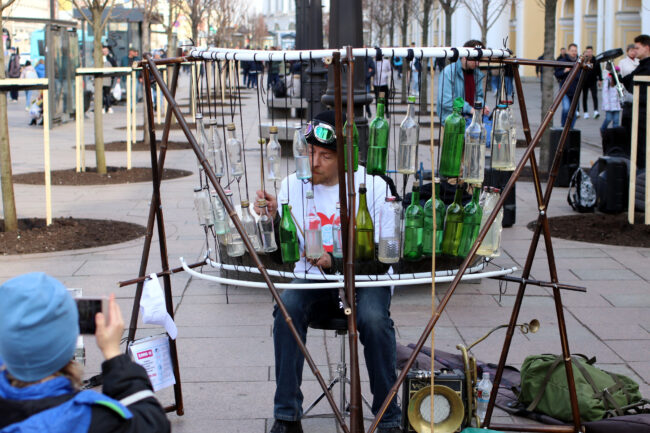 уличный музыкант, стеклянная музыка, игра на бутылках