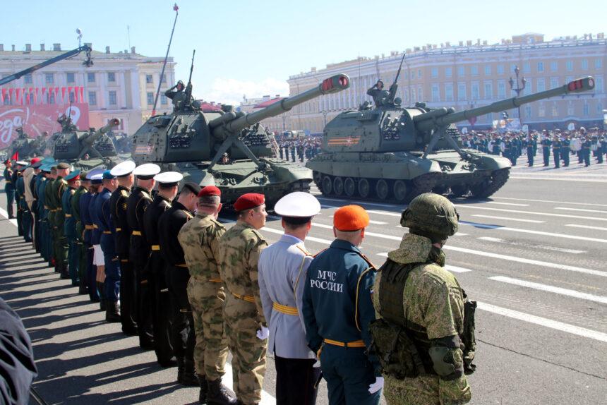 Процессия гидроциклов, парад и вальс с синим платочком: как праздновали День Победы в России и Петербурге