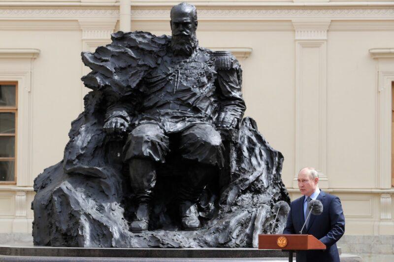 памятник Александру III в Гатчине