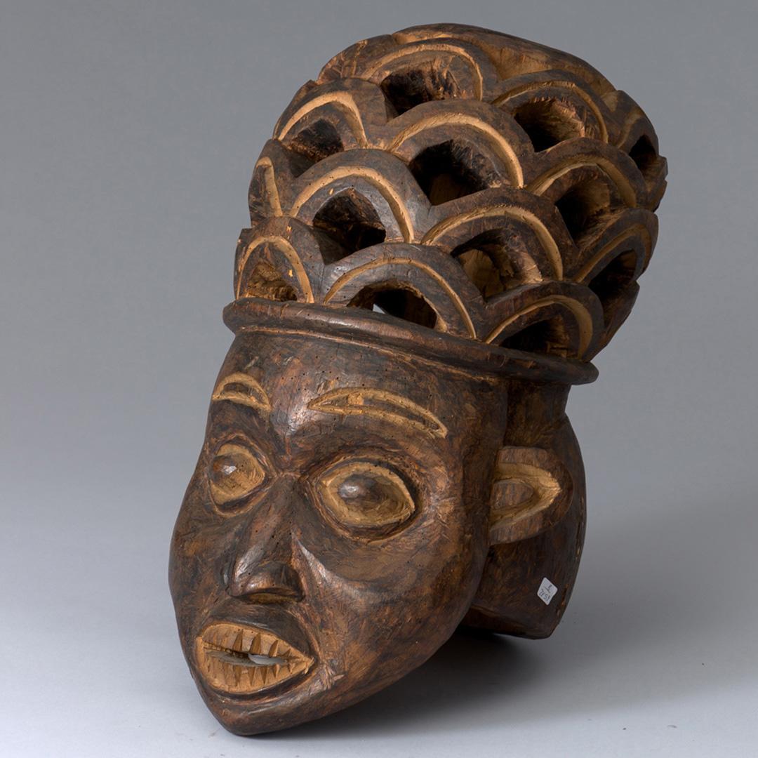 Антропоморфная маска-шлем, Камерун, народ баньянг, Дерево, черный пигмент; резьба, Конец XIX – начало ХХ в.