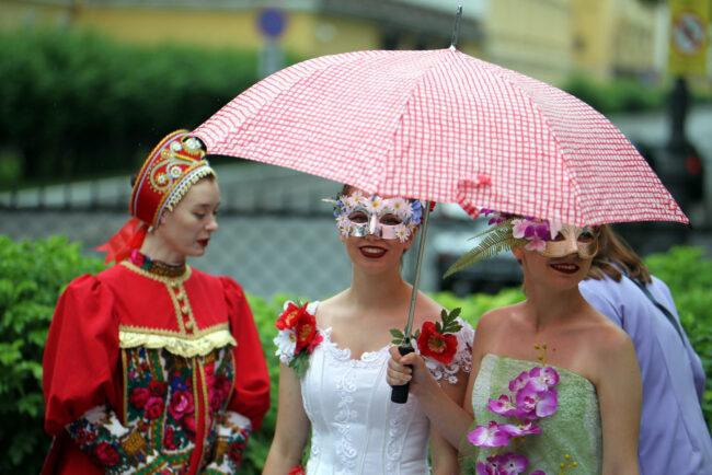 фестиваль цветов, девушки, модели, зонты, зонтики, дождь
