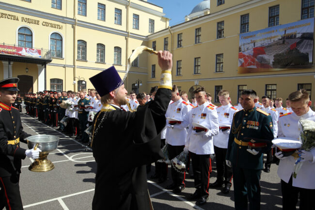 выпуск в суворовском военном училище, курсанты, священник, кропление святой водой