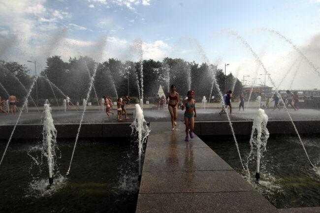 купание в фонтанах, дети, жара, погода, лето, парк 300-летия Петербурга