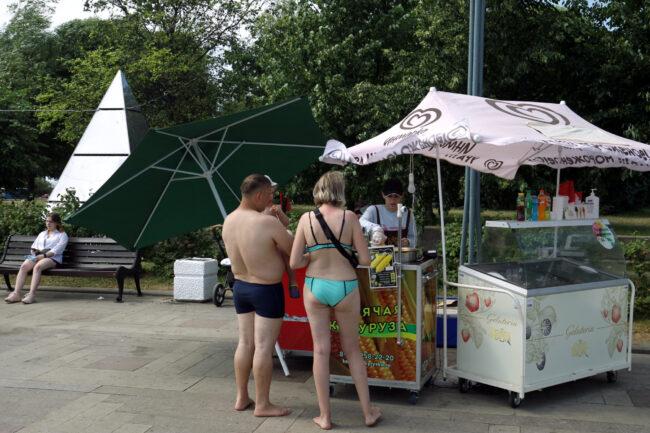 люди в купальниках, уличная торговля, лоток, мороженое, парк 300-летия Петербурга