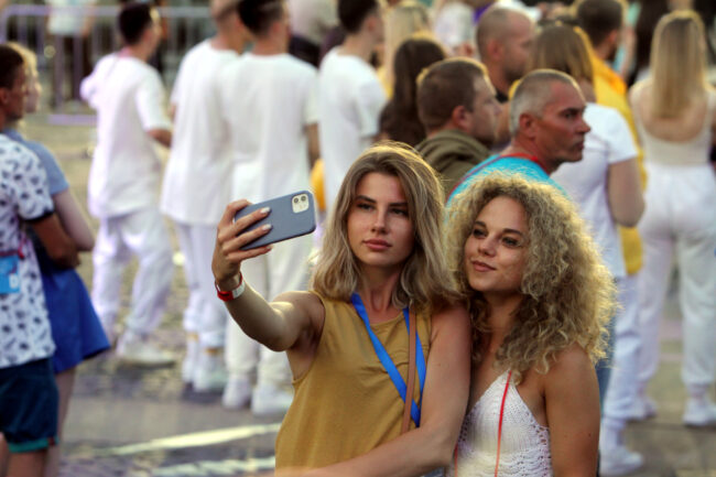 Алые паруса, Дворцовая площадь, очередь, выпускники, красивые девушки