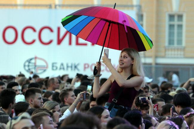 Алые паруса, Дворцовая площадь, очередь, выпускники, красивые девушки, зонтик