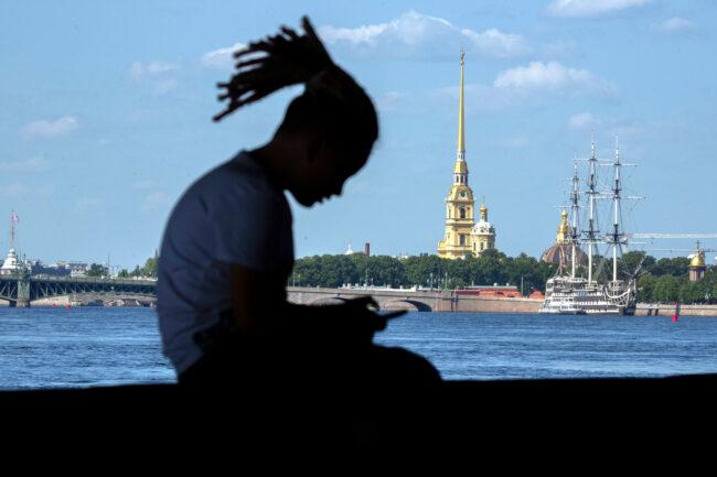 день ВМФ, репетиция парада, парусник, Петропавловская крепость, девушка-неформалка, дреды, причёска