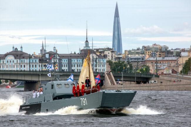 Генеральная репетиция, главный военно-морской парад, день ВМФ, корабли, военные, десантный катер, ботик Петра I