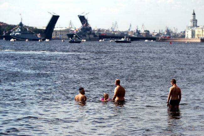 день ВМФ, репетиция парада, главный военно-морской парад, разведённый Дворцовый мост, загорающие, купающиеся люди