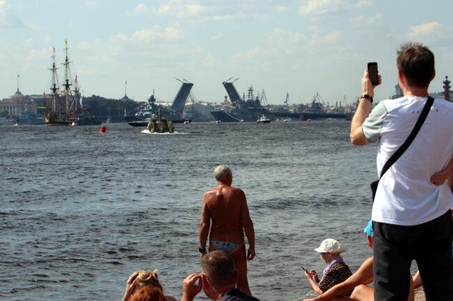 день ВМФ, репетиция парада, зрители, загорающие люди, лето, жара