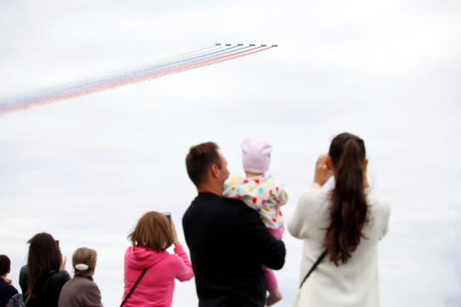 парад, день ВМФ, авиация, самолёты, молодая семья, родители с детьми