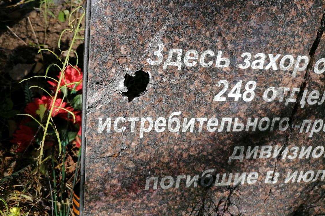 вандализм, повреждённый мемориал, братское захоронение солдат, Выборгский район Ленобласти, Барышево