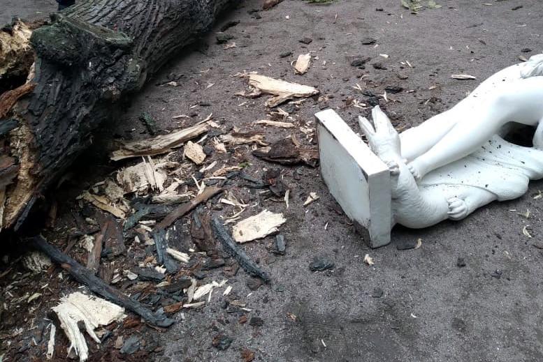 Летний сад, упавшее дерево, упавшая статуя Аллегория Сладострастия