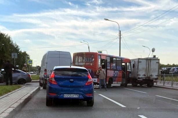 На проспекте Луначарского маршрутка столкнулась с легковушкой и фургоном