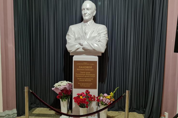 памятник Василию Лановому, Волхов