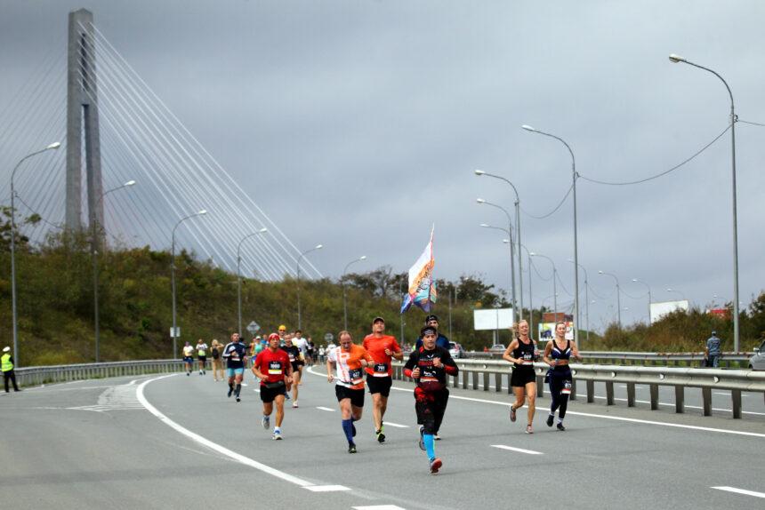 Улица Героев-Тихоокеанцев: как наш фотокор бежал с марафонцами во Владивостоке