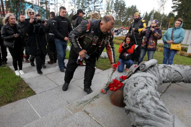 мотофестиваль Baltic Rally, мотоциклисты, байкеры, возложение цветов, военный мемориал, памятник, Братская могила советских воинов № 33, Выборг